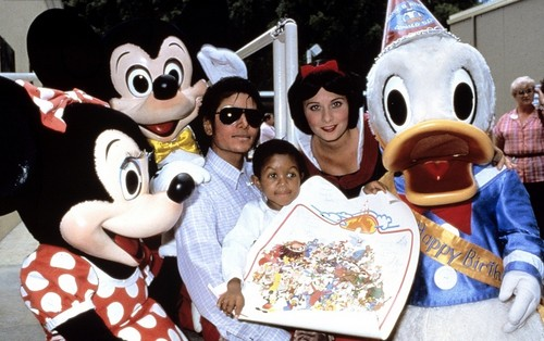 October 1984: Michael Jackson and Emanuel Lewis at 迪士尼 World