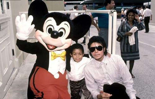 October 1984: Michael Jackson and Emanuel Lewis at ディズニー World