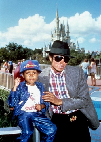 October 1984: Michael Jackson and Emanuel Lewis at ডিজনি World