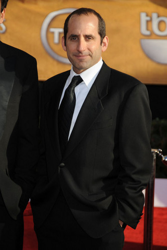 Peter Jacobson karatasi la kupamba ukuta with a business suit, a suit, and a two piece entitled Peter Jacobson@SAG awards