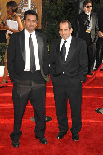 Peter Jacobson karatasi la kupamba ukuta with a business suit, a suit, and a dress suit called Peter Jacobson@SAG awards
