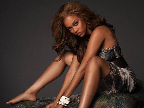 Tyra Banks achtergrond probably containing bare legs, a chemise, and a kous titled TYRA
