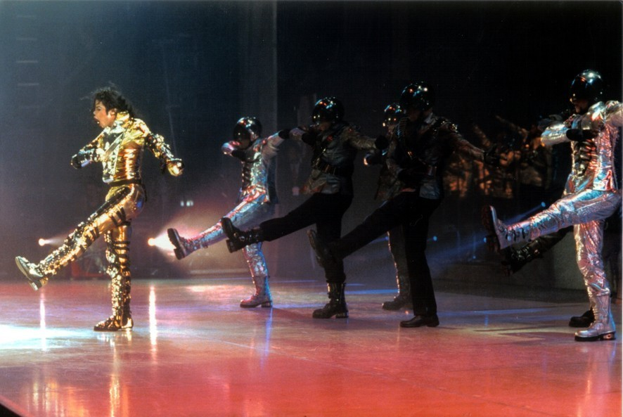 http://images2.fanpop.com/images/photos/7500000/History-Tour-on-stage-michael-jackson-7594196-886-593.jpg