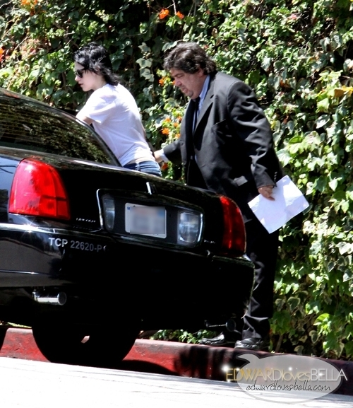 Kristen leaving Rob's hotel - Rob, one ঘন্টা after, in his hotel's patio