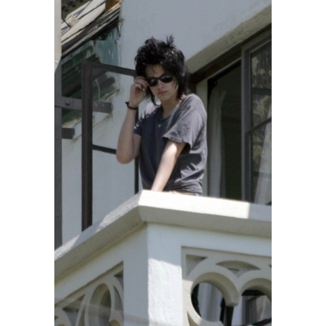 Twilight Series پیپر وال possibly with a سٹریٹ, گلی and a front porch entitled Robert Pattinson and Kristen Stewart balcony pics
