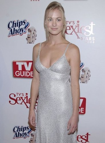 Yvonne Strahovski Hintergrund possibly containing a abendessen dress, a strapless, and a kleid titled Yvonne