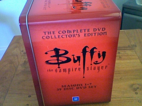 バフィー 〜恋する十字架〜 壁紙 probably containing a packing box titled Buffy the Vampire Slayer Complete Series Tin