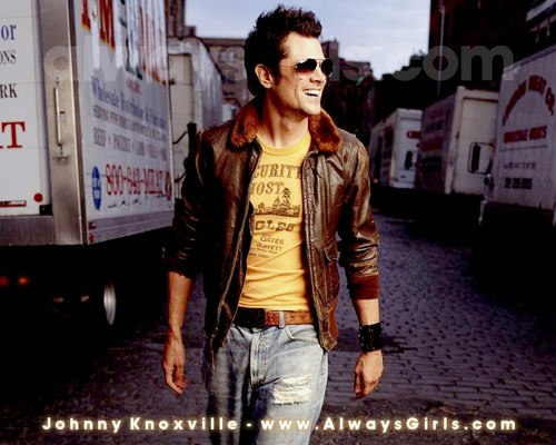 Johnny Knoxville 바탕화면 containing a street, a box coat, and long trousers called Johnny Knoxville