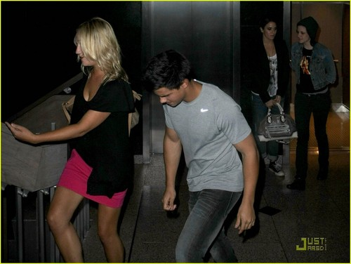 OMG, what is Taylor doing? LOL