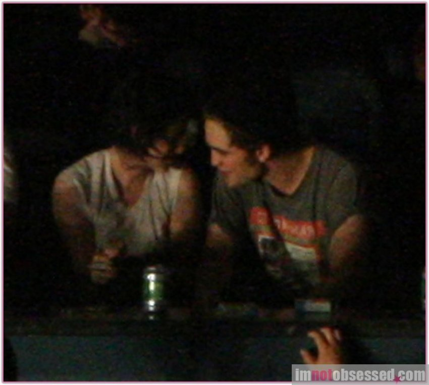http://images2.fanpop.com/images/photos/7600000/Robert-and-Kristen-in-a-concert-in-Vancuver-twilight-series-7696106-850-762.jpg