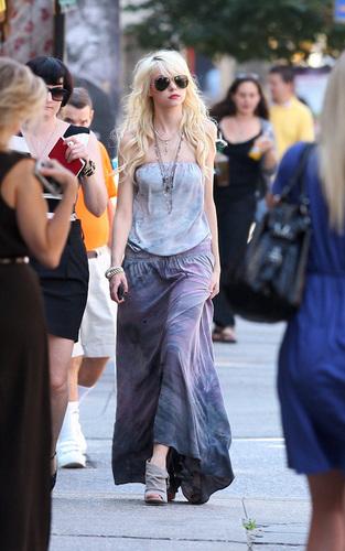 Taylor Momsen on the set of Gossip Girl