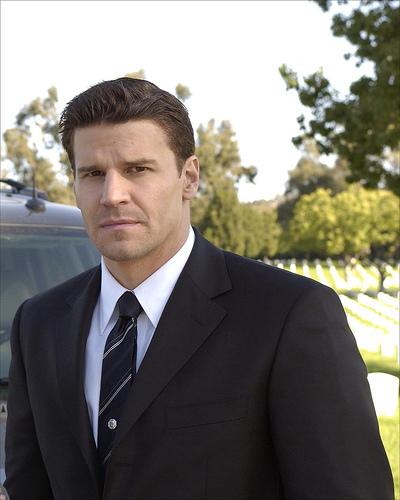 """Bones"" Season 1 - Pilot HQ Episode Still+Behind The Scenes"