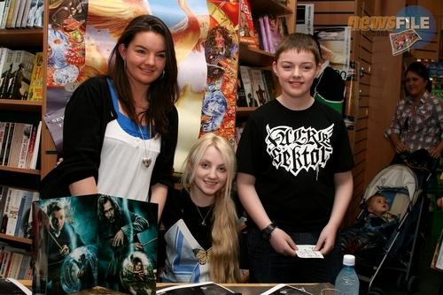 Evanna Lynch fondo de pantalla probably with a bookshop and a puesto de periódicos titled 2007 > Eason's Book Signing