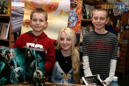 Evanna Lynch fondo de pantalla possibly containing a brasserie, a newsstand, and a sign titled 2007 > Eason's Book Signing