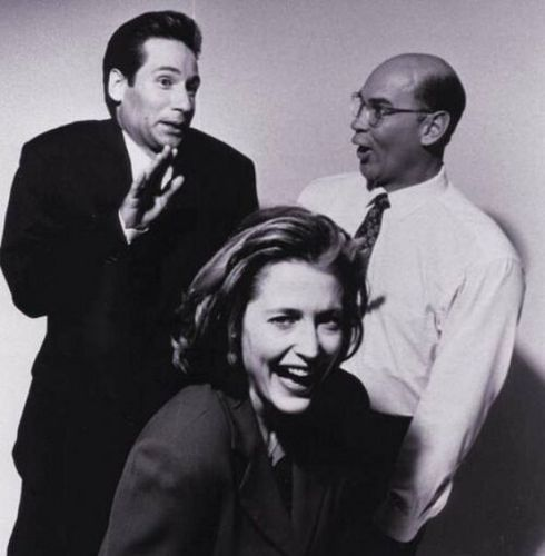 The X-Files achtergrond probably with a portrait titled David, Gillian and Mitch