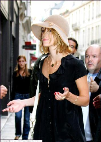 Keira Knightley پیپر وال containing a snap brim hat, a campaign hat, and a fedora entitled Keira*