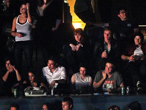 Robert Pattinson & Kristen Stewart Caught Kissing!