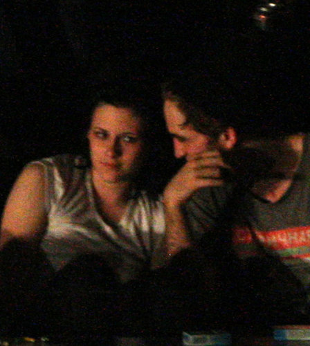 Robert Pattinson & Kristen Stewart Caught Kissing!