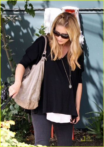 Sarah Michelle Gellar wallpaper containing sunglasses entitled Sarah in Toluca Lake
