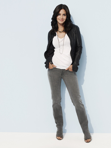 Cougar Town wallpaper containing bellbottom trousers, a pantleg, and long trousers called Courteney Cox as Jules.