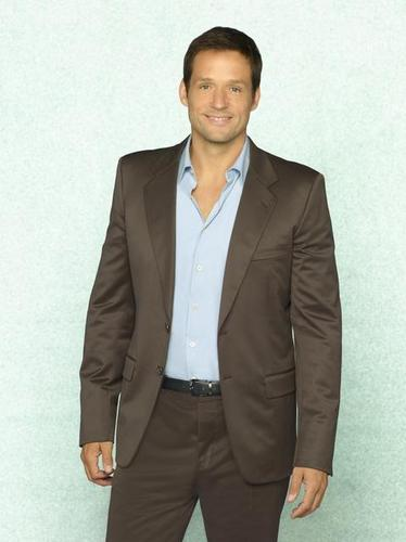 Cougar Town Hintergrund with a business suit and a suit titled Josh Hopkins as Grayson.
