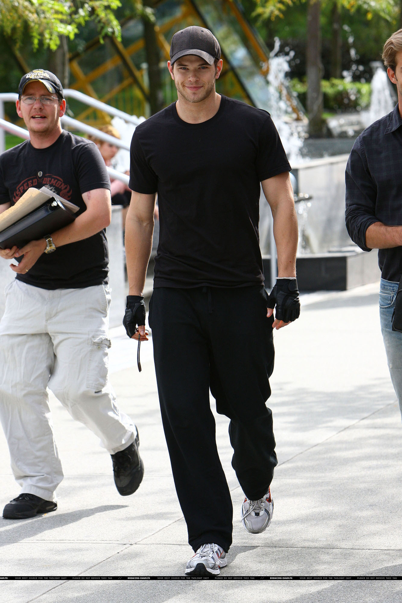 Kellan with some دوستوں out in Vancouver (Say hello to Rob & Kris for us Kell! we'd be grateful:D)