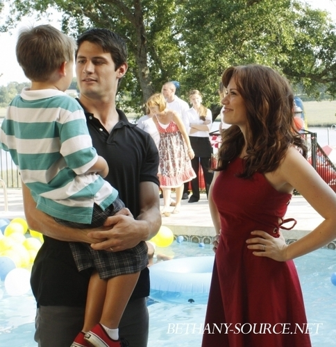 Naley family season 7 still