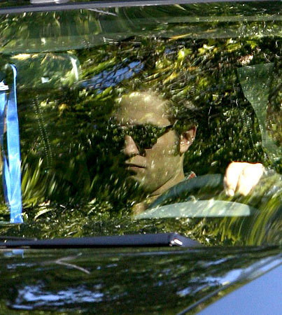Robert Pattinson Arrives on Set