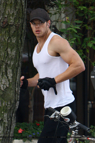 kellan doing his daily jogging (kell and his jog, ash and her dog...we can count on everyday ! :( )