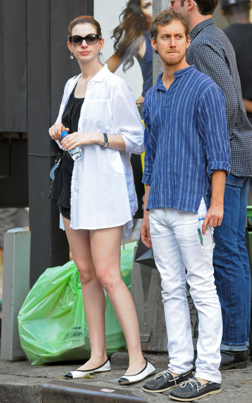 Anne and her husband in SoHo - Anne Hathaway 500x800