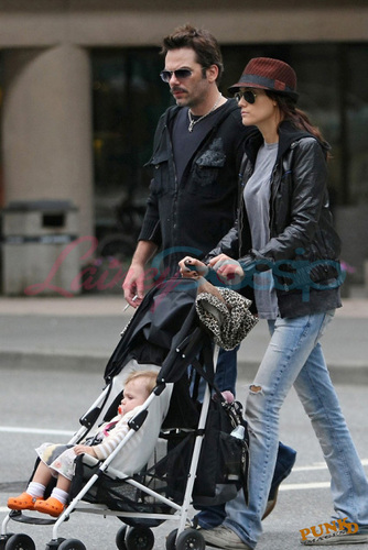 "Billy Burke taking  a walk with family & 'Renée"" leaving ""ancouver"