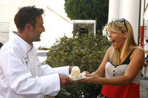 Feeding America and The Cheesecake Factory On the set of Cougar Town and सक्रब्स
