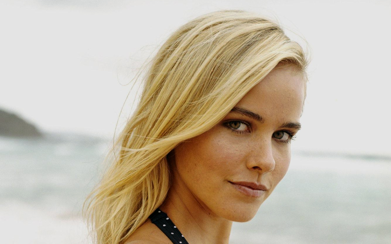 Isabel Lucas - Picture Gallery