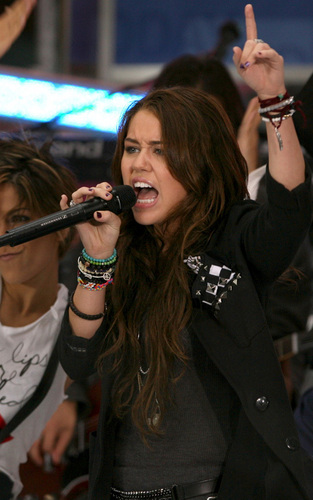 Miley Performs on The Today tampil