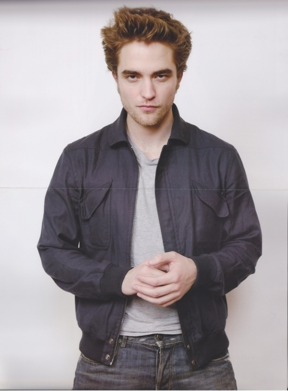 http://images2.fanpop.com/images/photos/7900000/Robert-Pattinson-twilight-series-7955418-589-799.jpg