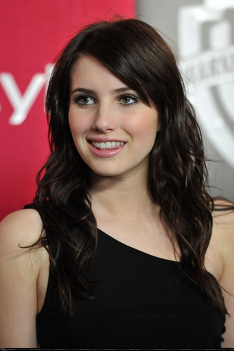 Emma Roberts wallpaper containing a portrait called emma roberts (L)