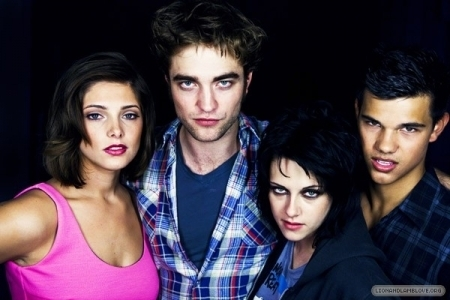 http://images2.fanpop.com/images/photos/7900000/the-best-of-Comic-Con-photoshoots-twilight-series-7958184-450-300.jpg