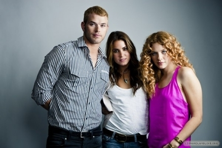 http://images2.fanpop.com/images/photos/7900000/the-best-of-Comic-Con-photoshoots-twilight-series-7958209-450-300.jpg