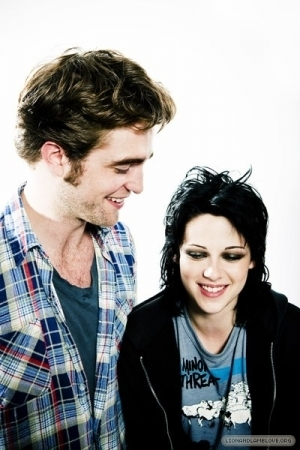 http://images2.fanpop.com/images/photos/7900000/the-best-of-Comic-Con-photoshoots-twilight-series-7958300-300-450.jpg