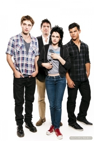 http://images2.fanpop.com/images/photos/7900000/the-best-of-Comic-Con-photoshoots-twilight-series-7958314-300-450.jpg