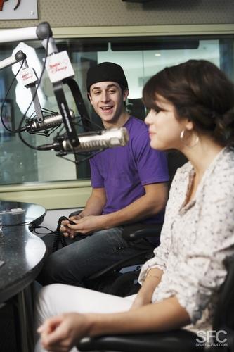 David & Selena Take Over Radio डिज़्नी