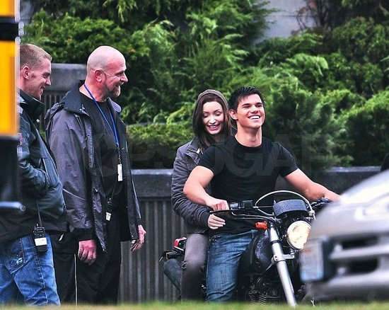 http://images2.fanpop.com/images/photos/8000000/Eclipse-stars-on-set-twilight-series-8080707-550-438.jpg