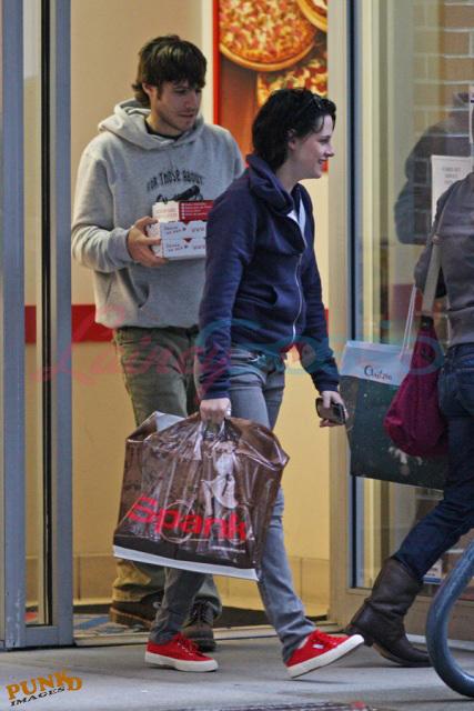 Kristen, Nikki and Elizabeth shopping in Vancouver