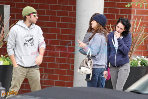 Kristen, Nikki and Elizabeth shopping in Vancouver