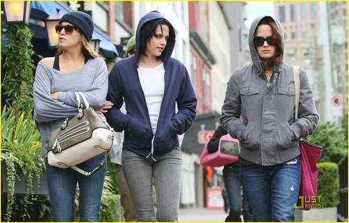 Kristen Stewart: Blue Hoodie Beauty