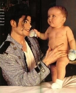 UN GRAN PAPA Michael-Jackson-and-his-oldest-son-Prince-Michael-as-a-baby-michael-8084672-260-319