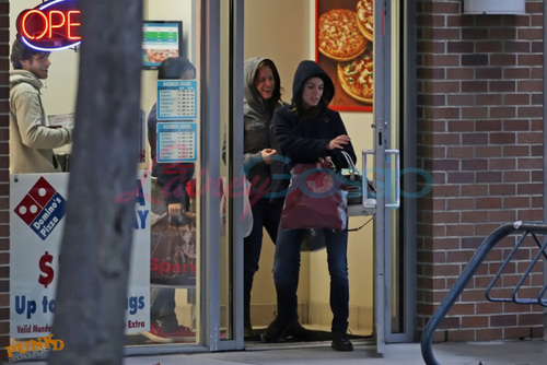 Nikki hang out with Kristen ,Elizabeth and boyfriend in Vancouver