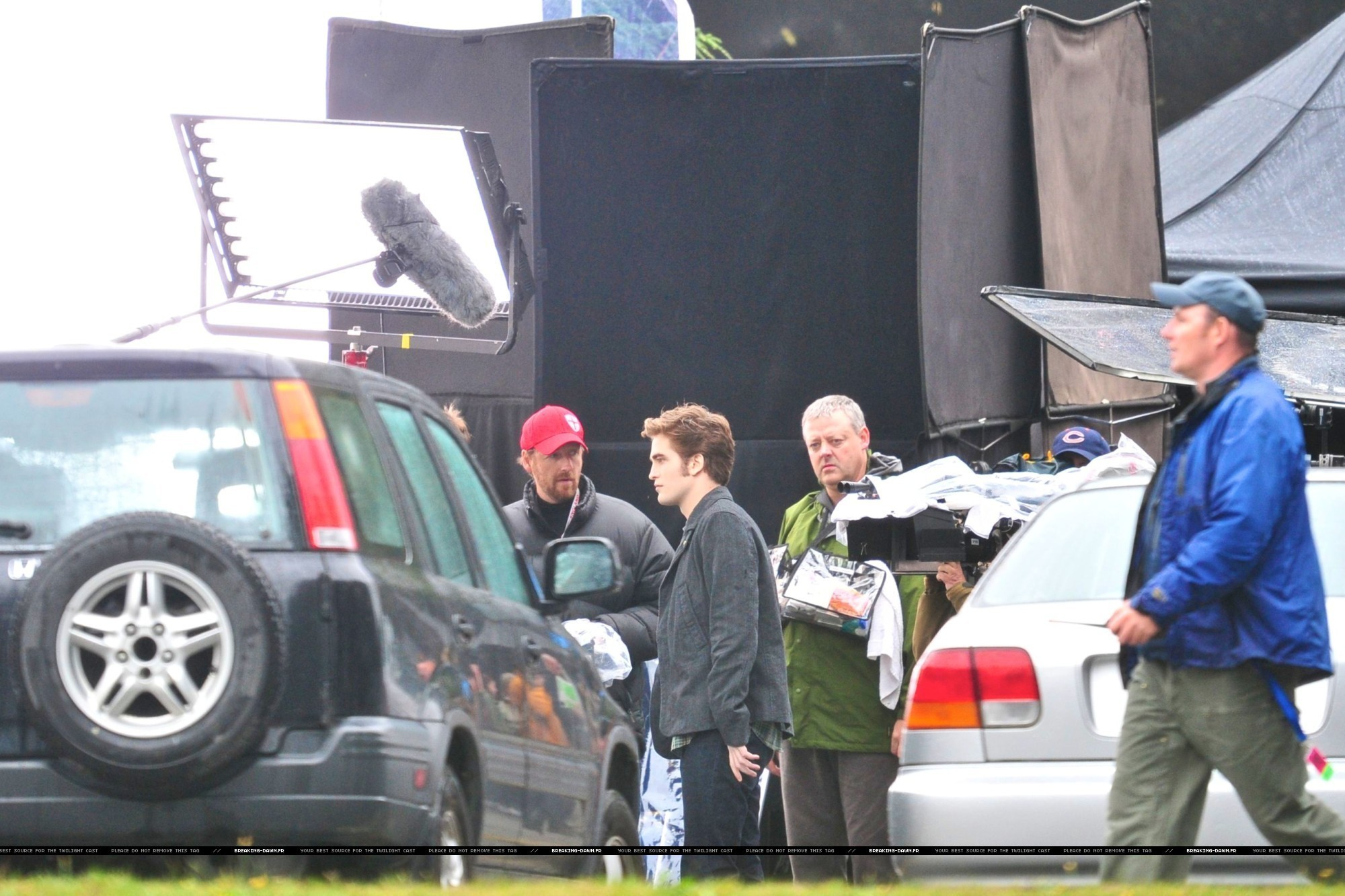 http://images2.fanpop.com/images/photos/8000000/Rob-kristen-on-the-set-of-Eclipse-yesterday-twilight-series-8080076-2000-1333.jpg