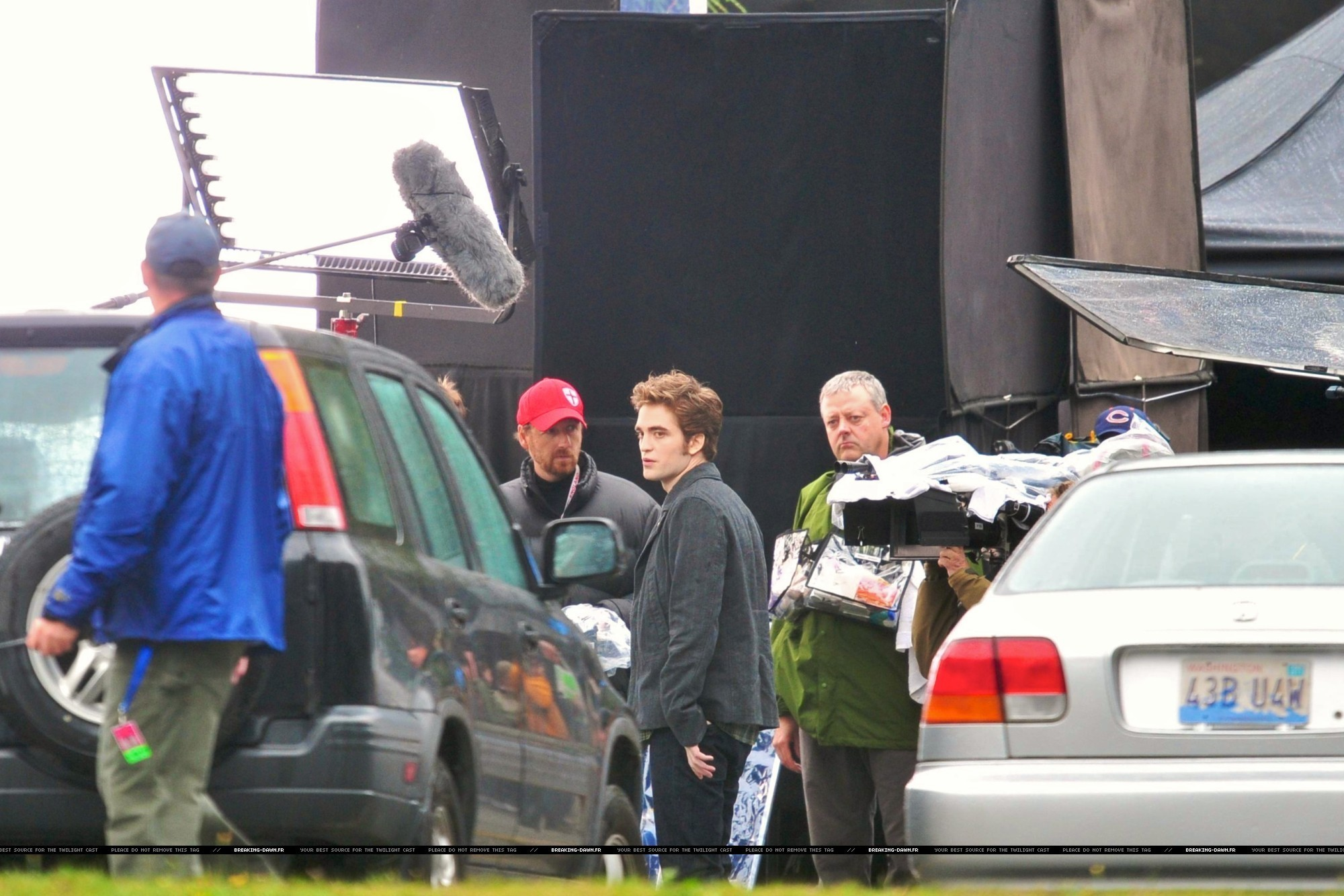 http://images2.fanpop.com/images/photos/8000000/Rob-kristen-on-the-set-of-Eclipse-yesterday-twilight-series-8080078-2000-1334.jpg