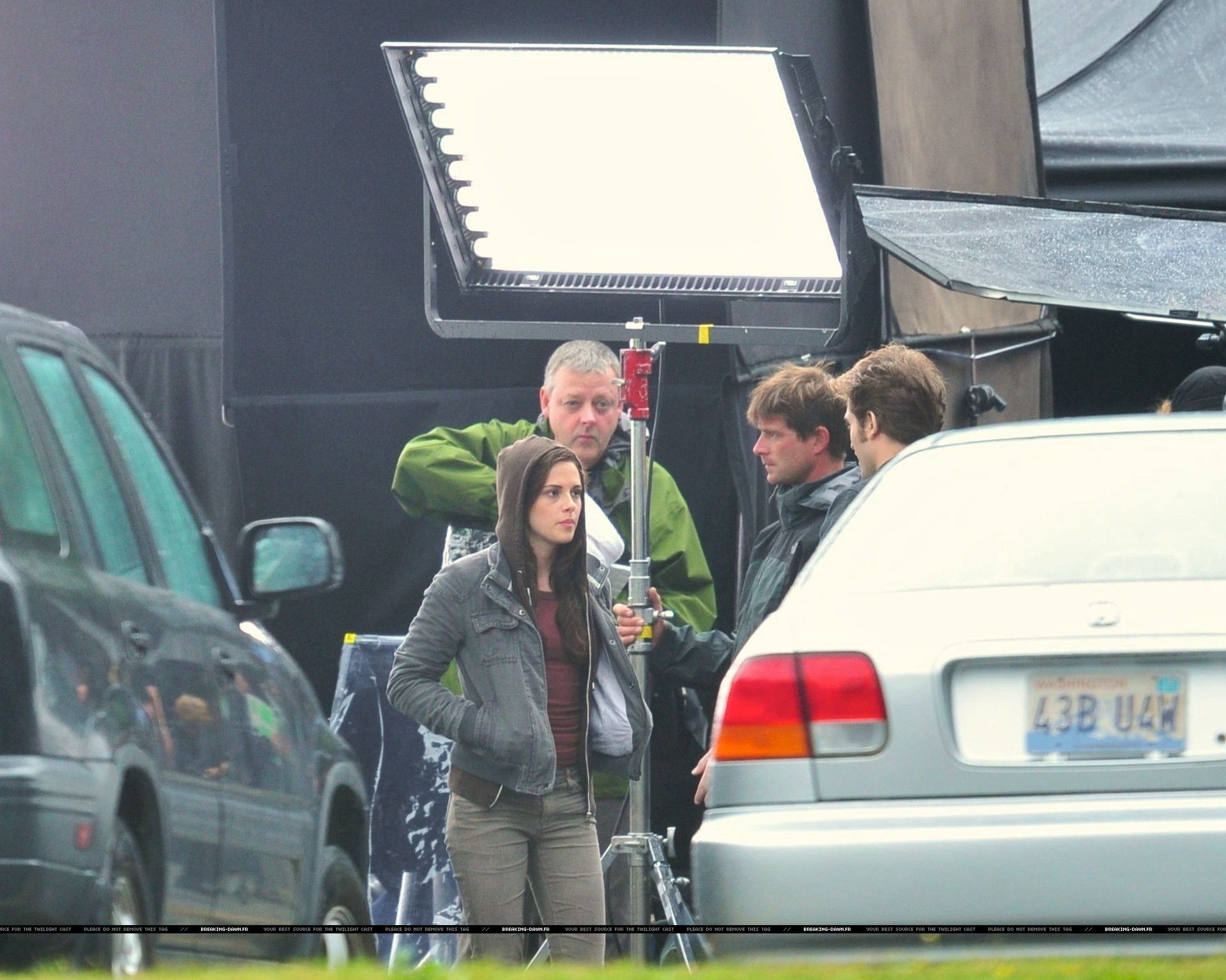 http://images2.fanpop.com/images/photos/8000000/Rob-kristen-on-the-set-of-Eclipse-yesterday-twilight-series-8080082-1920-1535.jpg